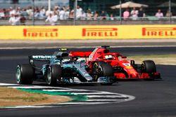 Valtteri Bottas, Mercedes AMG F1 W09, lidera a Sebastian Vettel, Ferrari SF71H