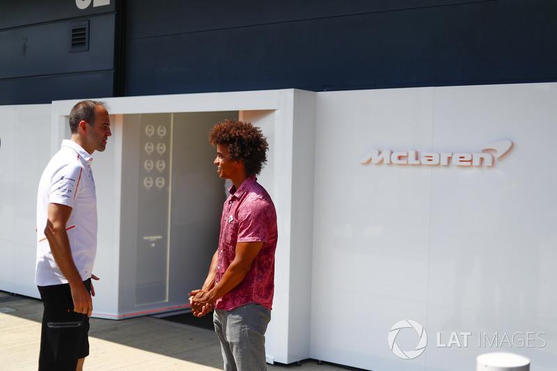 L'ingegnere McLaren Tom Stallard, con il presentatore di Blue Peter, Radzi Chinyanganya