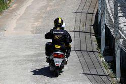 Nico Hulkenberg, Renault Sport F1 Team R.S. 18. est ramené aux stands