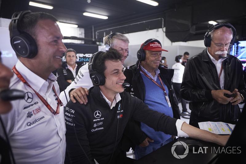 Toto Wolff, Direttore Esecutivo (Business), Mercedes AMG, Niki Lauda, Presidente non esecutivo, Mercedes AMG, Dr Dieter Zetsche, CEO, Mercedes Benz, e altre persone, festeggiano la conquista della prima fila da parte dei piloti del team