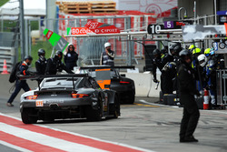#88 PROTON Competition Porsche 911 RSR: Gianluca Roda, Giorgio Roda, Matteo Cairoli, ai box
