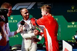 Lewis Hamilton, Mercedes-AMG F1 y Sebastian Vettel, Ferrari celebran en el parque cerrado