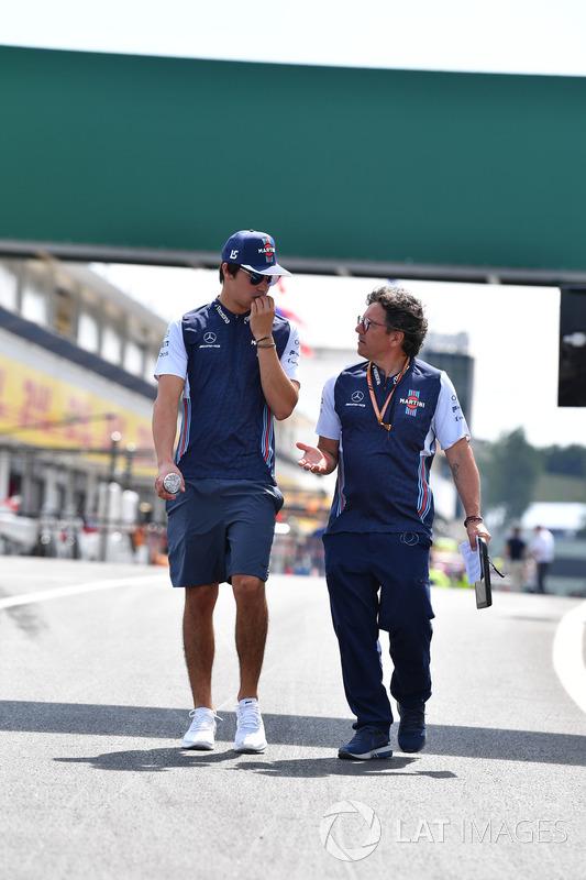 Lance Stroll, Williams, cammina lungo il circuito con Luca Baldisserri, ingegnere Williams