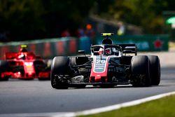 Kevin Magnussen, Haas F1 Team VF-18, devant Kimi Raikkonen, Ferrari SF71H