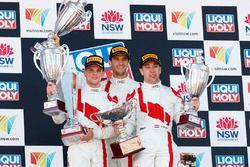 Подиум: победители Роберт Фрейнс, Стюарт Леонард и Дрис Вантхор, Audi Sport Team WRT
