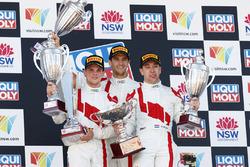 Los ganadores Robin Frijns, Stuart Leonard, Dries Vanthoor, Audi Sport Team WRT