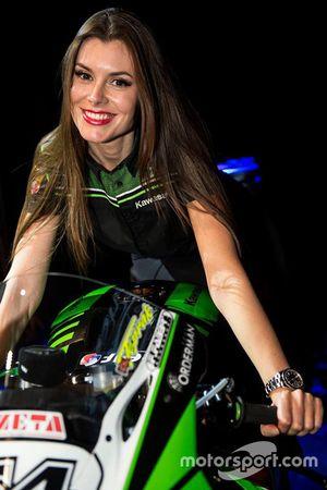 Une grid girl Kawasaki Puccetti Racing
