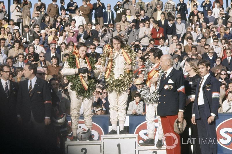 Podio: ganador de la carrera Jackie Stewart, March, segundo lugar Bruce McLaren, McLaren, tercer lug