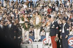 Podio: il vincitore della gara Jackie Stewart, March, il secondo classificato Bruce McLaren, McLaren, il terzo classificato Mario Andretti, March