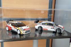 Modellini della Citroen C3 WRC di Sabastien Loeb e della Citroen C-Elysee WTCC di Jose Maria Lopez, esposti nella sede del gruppo PSA