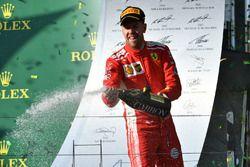 Le vainqueur Sebastian Vettel, Ferrari fête sa victoire sur le podium avec du champagne