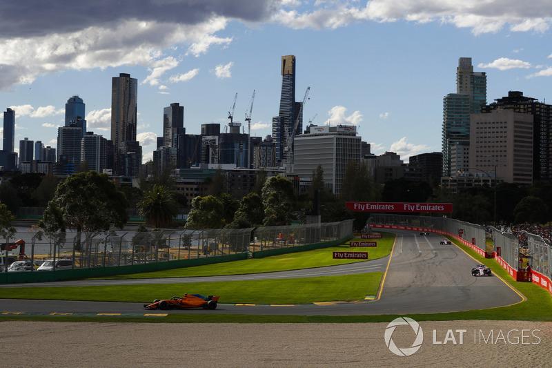 Stoffel Vandoorne, McLaren MCL33 Renault, Sergio Perez, Force India VJM11 Mercedes, y Esteban Ocon, Force India VJM11 Mercedes