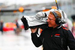 Un camarógrafo de F1 TV con su equipo protegido de la lluvia