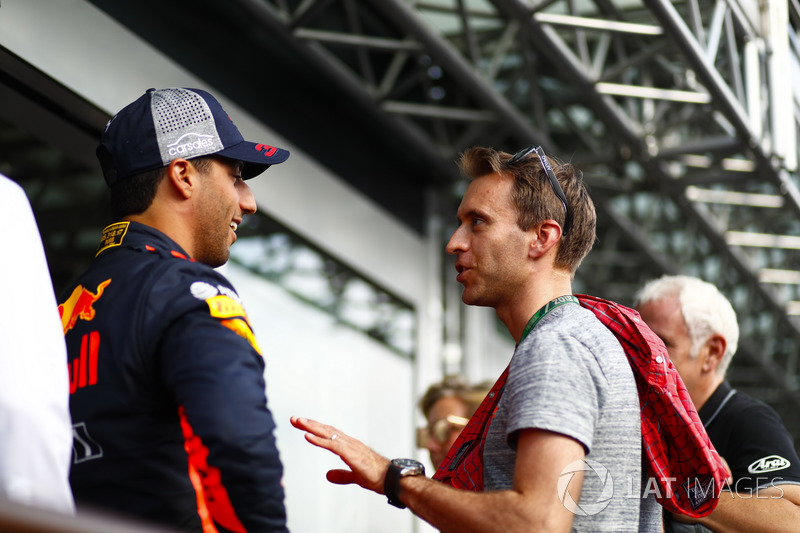 Daniel Ricciardo, Red Bull Racing, talks with Sportscar racer Timo Bernhard, Sam Bloxham