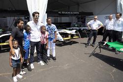 Fans en pit lane con Lucas di Grassi, Audi Sport ABT Schaeffler