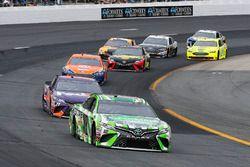 Kyle Busch, Joe Gibbs Racing, Toyota Camry Interstate Batteries e Denny Hamlin, Joe Gibbs Racing, Toyota Camry FedEx Freight