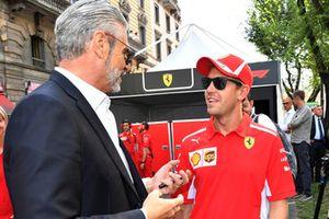 Maurizio Arrivabene, Ferrari Teambaas, in gesprek met Sebastian Vettel, Ferrari