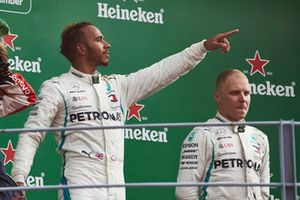 Lewis Hamilton, Mercedes AMG F1, fête sa victoire sur le podium avec Valtteri Bottas, Mercedes AMG F1