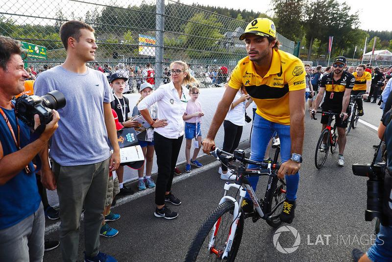 Carlos Sainz Jr., Renault Sport F1 Team, cycles past fans
