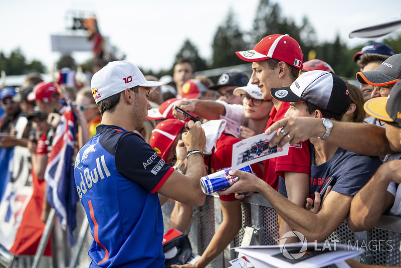 Pierre Gasly, Scuderia Toro Rosso Toro Rosso signs autographs for the fans