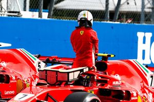 Le poleman Kimi Raikkonen, Ferrari, sort de sa voiture après son équipier Sebastian Vettel, Ferrari