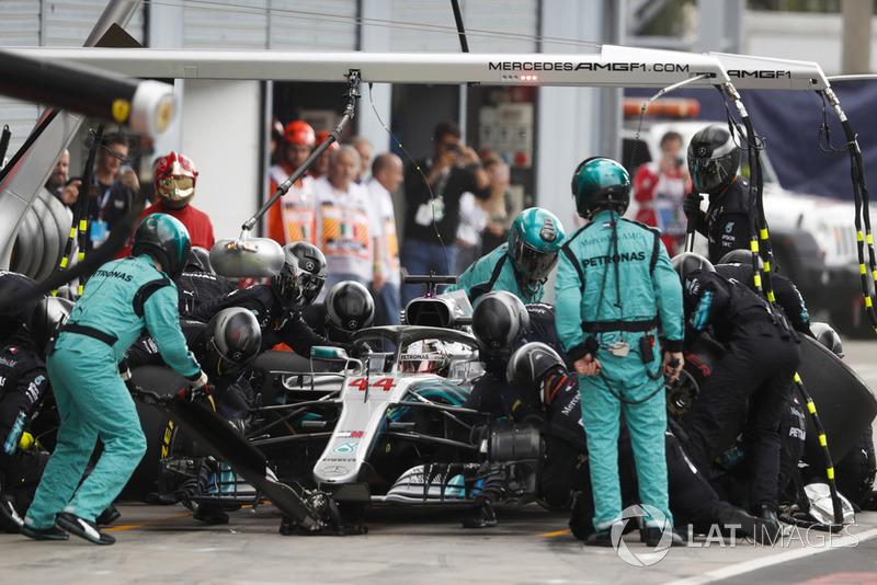 Lewis Hamilton, Mercedes AMG F1 W09, au stand