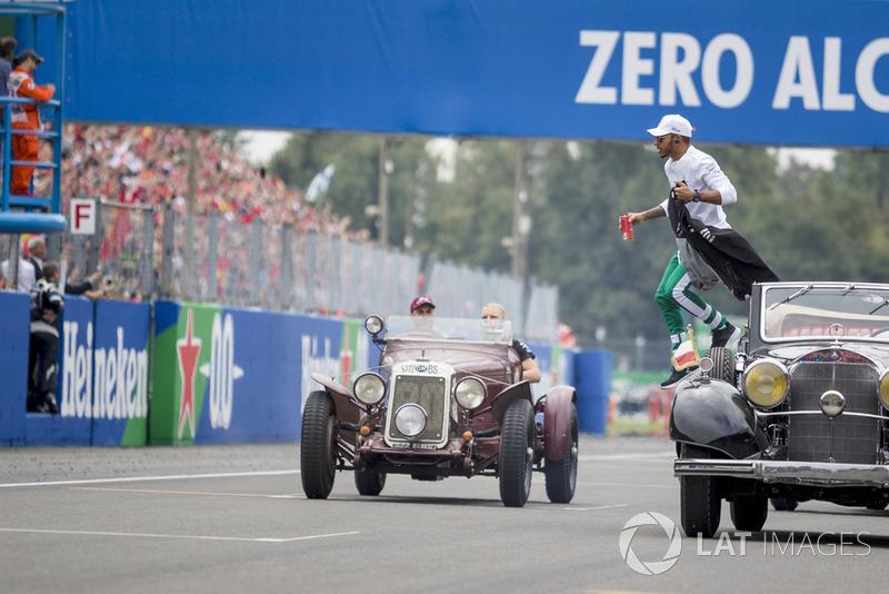 Lewis Hamilton, Mercedes AMG F1 y Valtteri Bottas, Mercedes AMG F1 W09 en el desfile