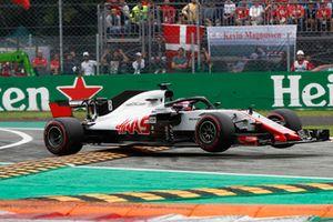 Romain Grosjean, Haas F1 Team VF-18, saute sur les vibreurs