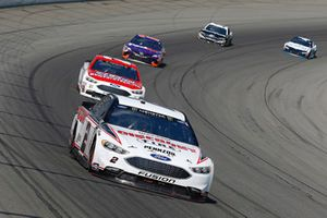 Brad Keselowski, Team Penske, Ford Fusion Discount Tire e Paul Menard, Wood Brothers Racing, Ford Fusion Earn While You Learn/NewFordTech.com