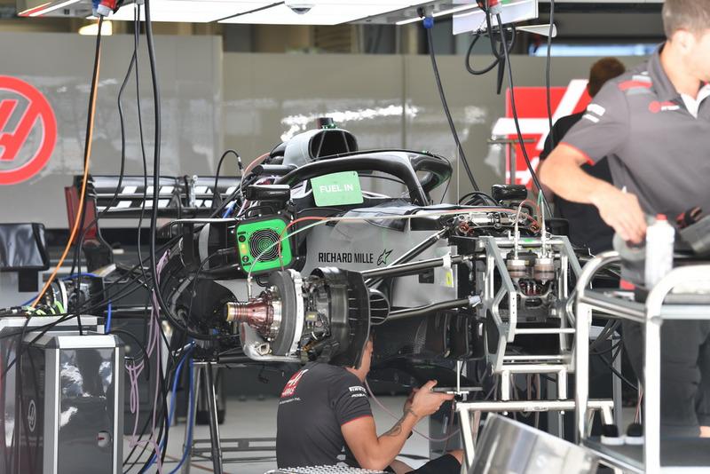 Une Haas F1 Team VF-18 dans le garage
