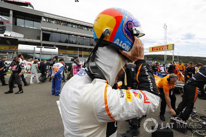 Fernando Alonso, McLaren, zdejmuje kask na polach startowych