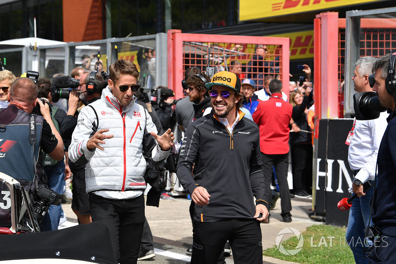 Romain Grosjean, Haas F1 Team i Fernando Alonso, McLaren, parada kierowców
