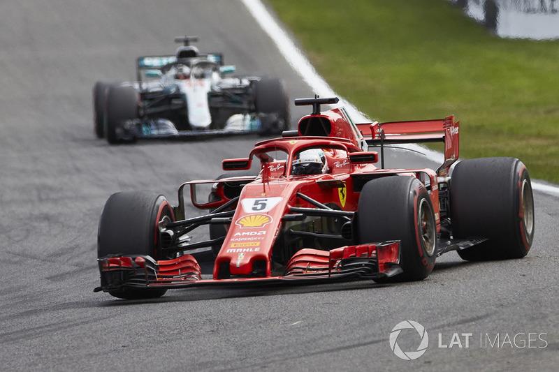 Sebastian Vettel, Ferrari SF71H, za nim Lewis Hamilton, Mercedes AMG F1 W09