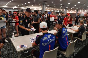 Pierre Gasly, Scuderia Toro Rosso et Brendon Hartley, Scuderia Toro Rosso lors de la séance d'autographes