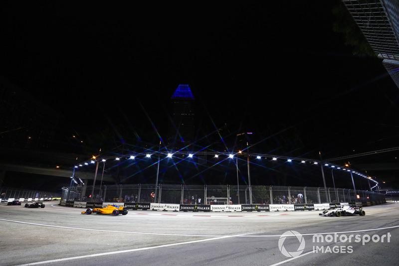 Stoffel Vandoorne, McLaren MCL33, precede Lance Stroll, Williams FW41