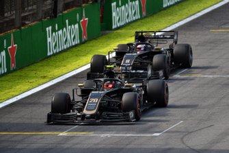 Kevin Magnussen, Haas F1 Team VF-19, precede Romain Grosjean, Haas F1 Team VF-19