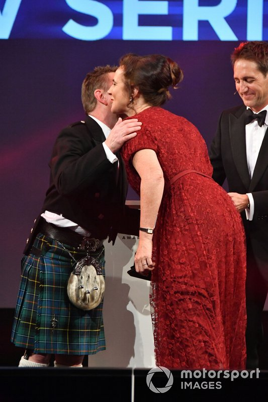Il Pioneering and Innovation award per W Series is awarded a Catherine Bond Muir by Allan McNish