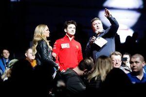 Emma Walsh y David Croft, Sky TV entrevista a Charles Leclerc, Ferrari en el Live Action Arena
