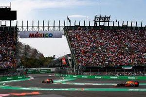 Max Verstappen, Red Bull Racing RB12, voor Daniel Ricciardo, Red Bull Racing RB12