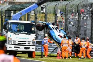 Marshals remove the car of Robert Kubica, Williams FW42