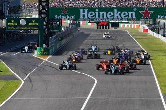 Valtteri Bottas, Mercedes AMG W10 devant Sebastian Vettel, Ferrari SF90 Charles Leclerc, Ferrari SF90, Lewis Hamilton, Mercedes AMG F1 W10 et Max Verstappen, Red Bull Racing RB15 au départ