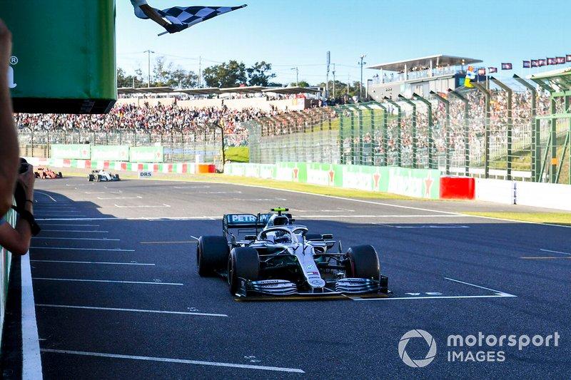 Le vainqueur Valtteri Bottas, Mercedes AMG W10 passe sous le drapeau à damier
