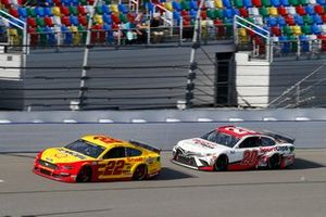 Joey Logano, Team Penske, Ford Mustang Shell Pennzoil and Erik Jones, Joe Gibbs Racing, Toyota Camry Sports Clips