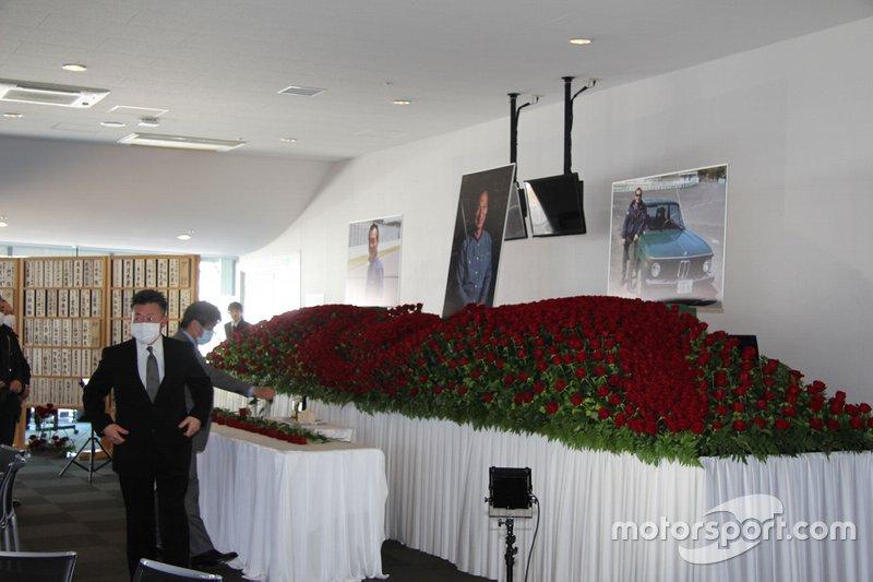 会場に用意された大きな祭壇には多くのバラが生け込まれていた