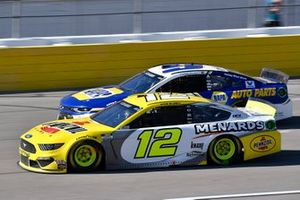 Ryan Blaney, Team Penske, Ford Mustang Menards/Pennzoil and Chase Elliott, Hendrick Motorsports, Chevrolet Camaro NAPA Auto Parts