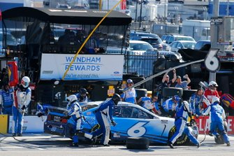 Ross Chastain, Roush Fenway Racing, Ford Mustang Wyndham Rewards pit stop