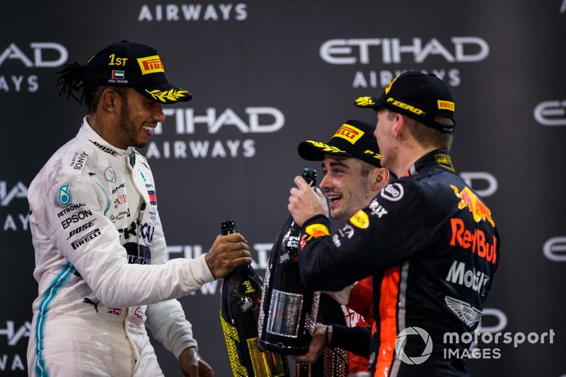 Lewis Hamilton, Mercedes AMG F1, primo classificato, Charles Leclerc, Ferrari, terzo classificato, e Max Verstappen, Red Bull Racing, secondo classificato, festeggiano con lo Champagne sul podio