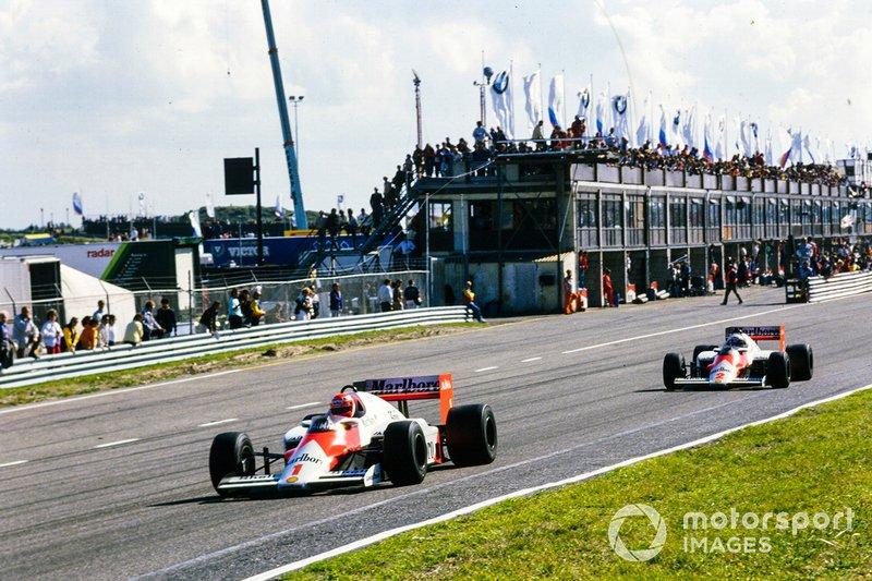 Niki Lauda lidera sobre Alain Prost, McLaren MP4-2B TAG