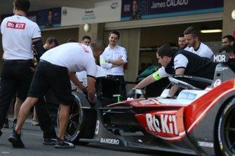 Members of the team practice changing the nose cone on Edoardo Mortara's Venturi, EQ Silver Arrow 01
