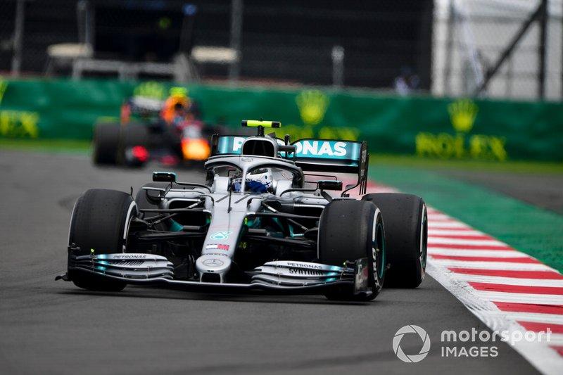 Valtteri Bottas, Mercedes AMG W10, precede Alex Albon, Red Bull RB15